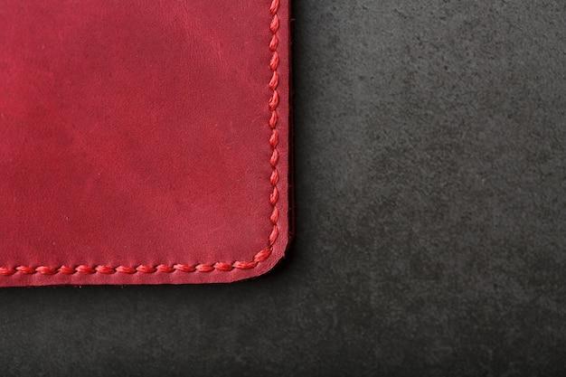 Capa de couro vermelha para passaporte. couro genuíno, feito à mão, costura de perto