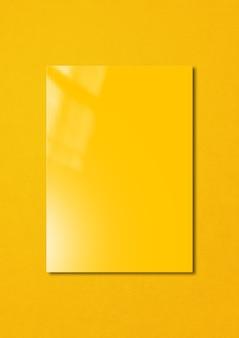 Capa de livreto amarela isolada em colorido