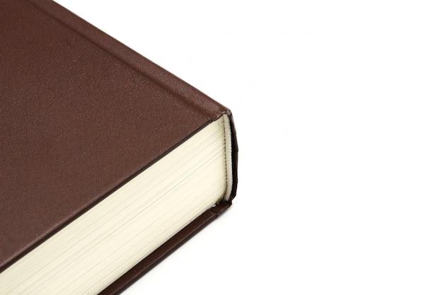 Capa de livro de couro com espinha isolada no fundo branco