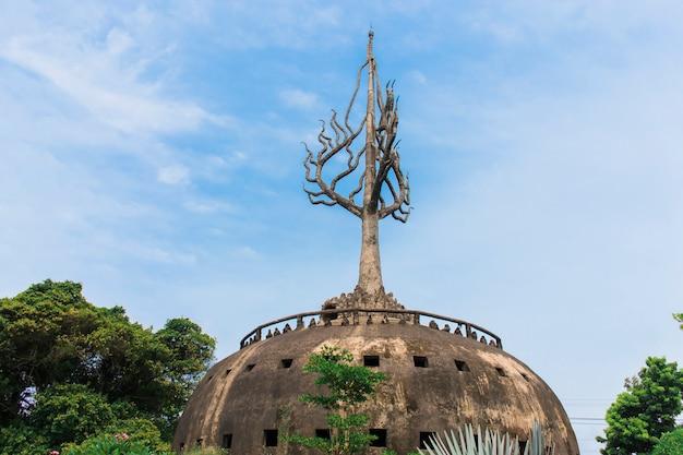 Capa de pagode ou cúpula no interior, há uma história sobre o budismo. localizado no jardim do buda, vientiane, laos.