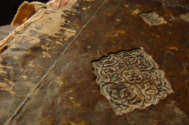 Capa de um antigo livro árabe. manuscritos e textos árabes antigos