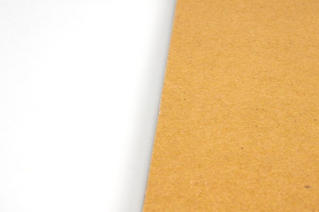 Capa dura de papelão em branco sobre papel branco