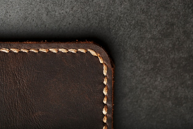 Capa para passaporte em couro marrom escuro. couro genuíno, feito à mão.