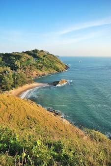 Capa para promthep alta vista aérea do mar na ilha de phuket