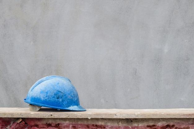 Capacete azul no canteiro de obras