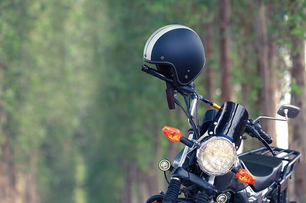 Capacete com moto vintage