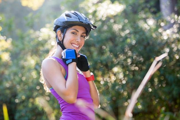 Capacete de bicicleta vestindo atlético feminino na zona rural