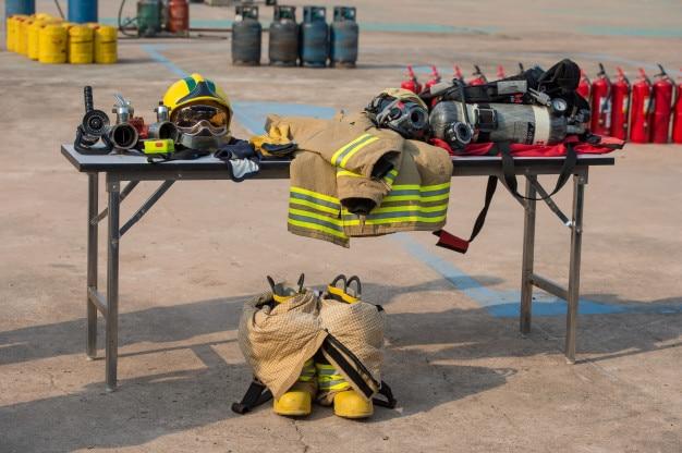 Capacete de bombeiro e terno