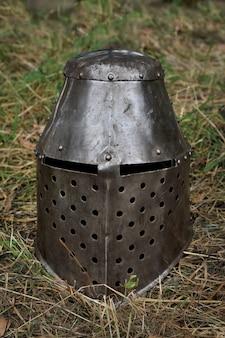 Capacete de cavaleiro medieval. armadura de cavaleiro para reconstruções históricas de batalhas medievais.