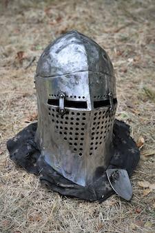 Capacete de cavaleiro para reconstruções históricas de batalhas medievais. roupas militares. roupas de cavaleiro. armadura de cavaleiro.