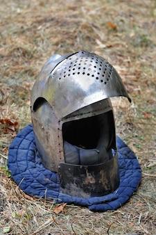 Capacete de cavaleiro para reconstruções históricas de batalhas medievais