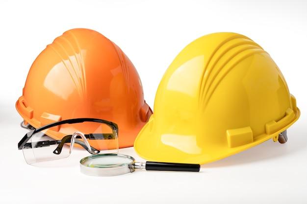 Capacete de construção amarelo e laranja em branco