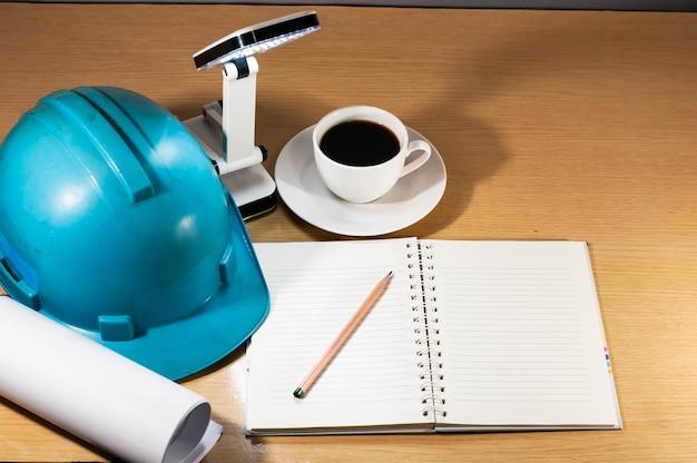 Capacete de construção, café, trabalhando a qualquer hora, em qualquer lugar