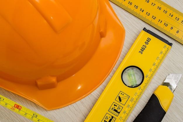 Capacete de construção e ferramentas
