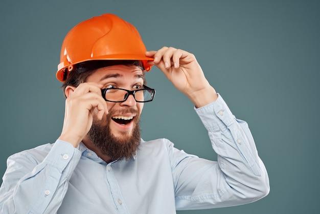 Capacete de engenheiro masculino laranja na cabeça sucesso isolado fundo