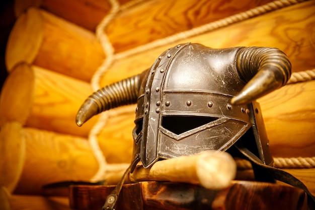 Capacete de guerreiro viking, armadura medieval Foto Premium