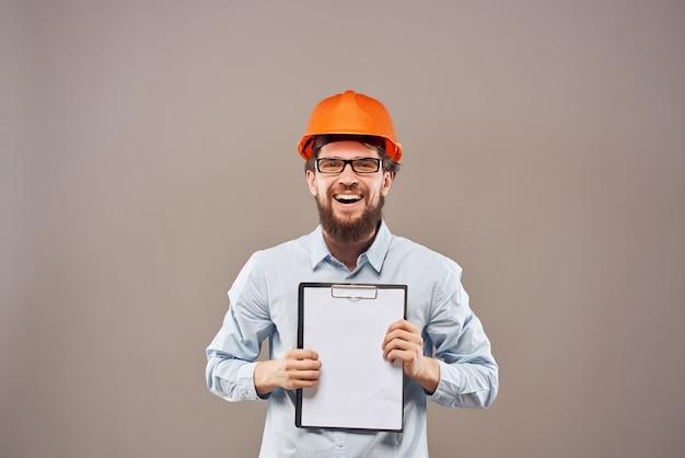Capacete de homem barbudo laranja na cabeça do estúdio gesto com a mão