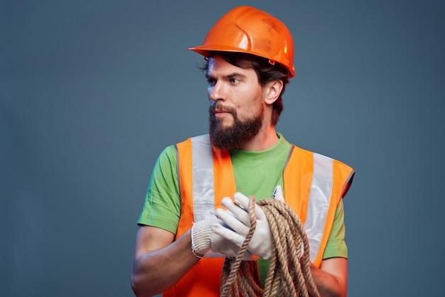 Capacete de homem barbudo laranja no fundo isolado da indústria principal