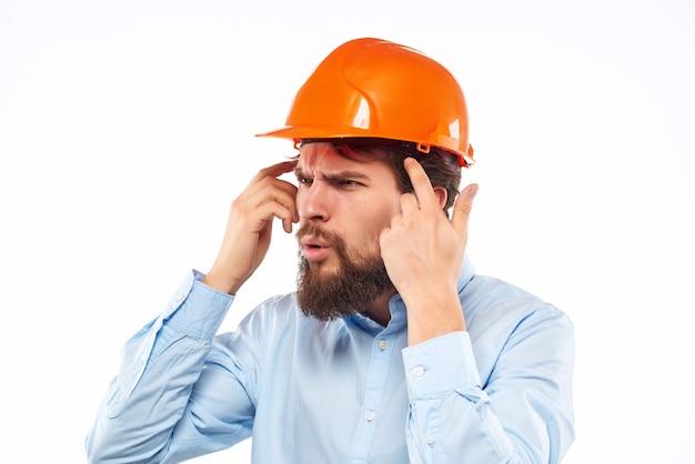 Capacete de homem barbudo laranja no uniforme de proteção da cabeça