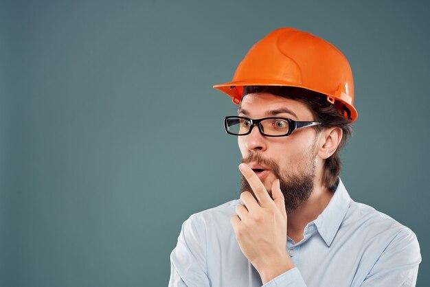 Capacete de homem surpreso laranja na cabeça sucesso isolado fundo