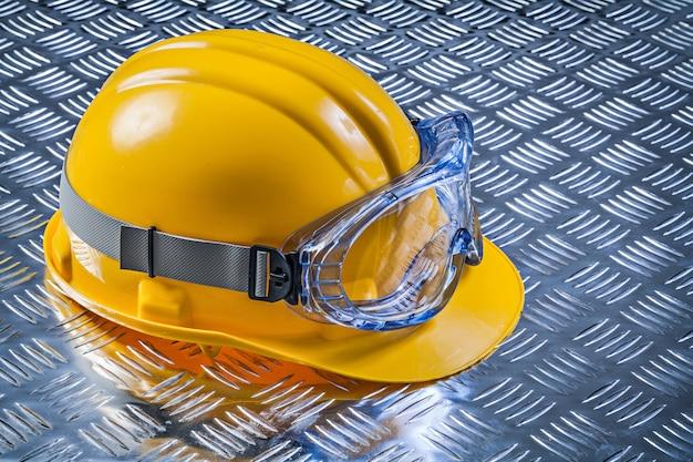 Capacete de óculos de segurança na construção de placas de metal caneladas
