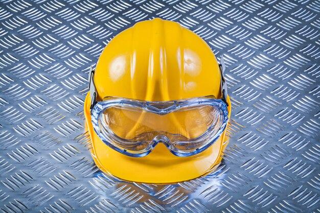 Capacete de óculos de segurança no conceito de construção de chapa metálica ranhurada