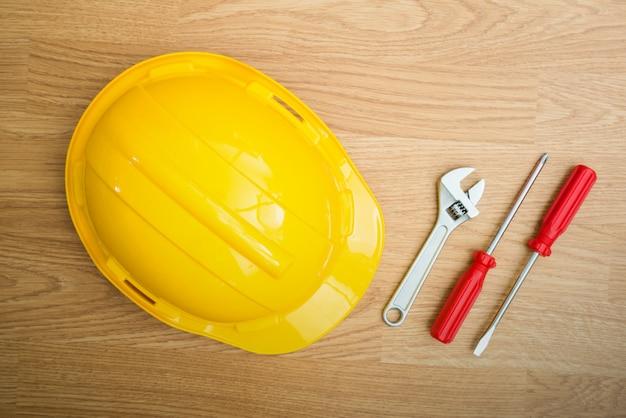 Capacete de segurança amarelo chapéu e ferramentas