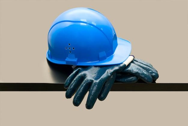 Capacete de segurança azul e luvas de couro