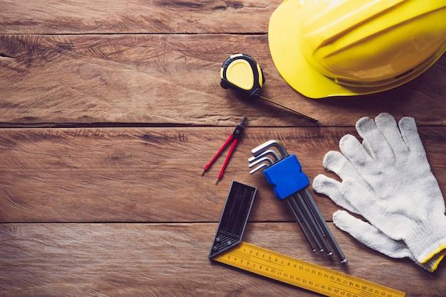 Capacete de segurança com equipamento de segurança para o trabalho no piso de madeira