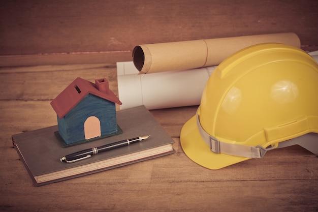 Capacete de segurança de construção amarelo na madeira