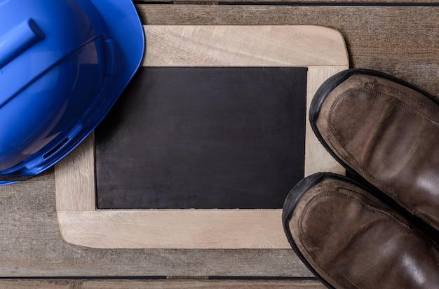 Capacete de segurança de proteção azul, sapatos de segurança com lousa
