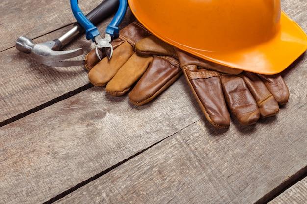 Capacete de segurança e luvas de couro velhas