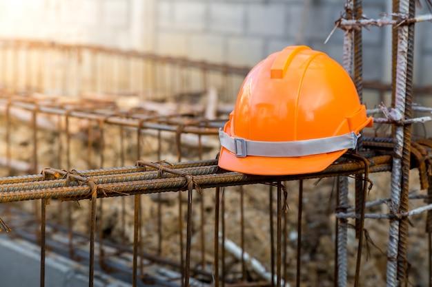 Capacete de segurança, engenheiro de trabalho ao ar livre, usando capacete laranja