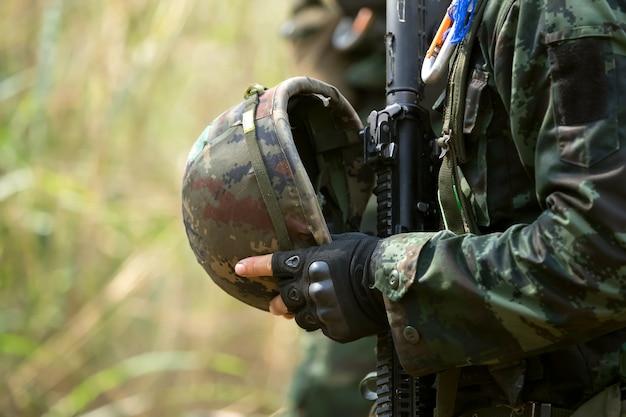 Capacete de soldado que os soldados usam para se proteger.
