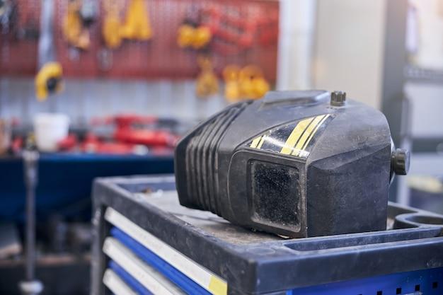 Capacete de soldagem mecânica em oficina mecânica