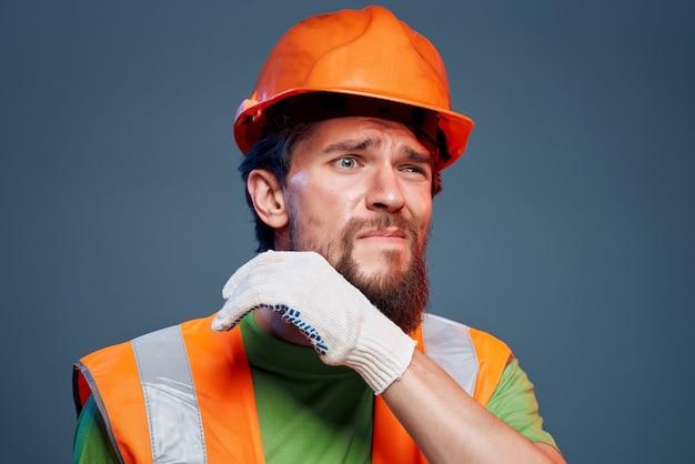 Capacete homem laranja na cabeça emoções profissionais