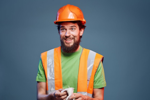 Capacete homem laranja no fundo isolado da indústria principal