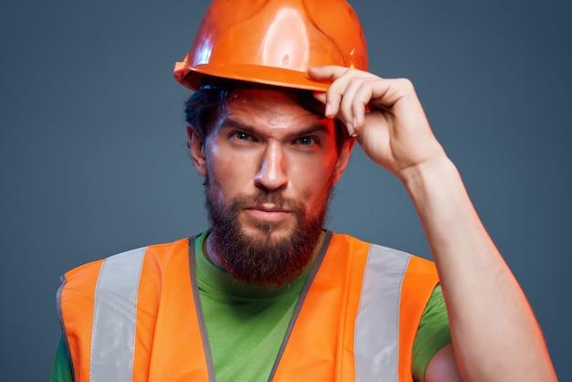 Capacete laranja homem no fundo isolado indústria principal. foto de alta qualidade