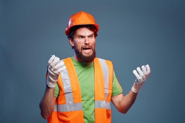 Capacete masculino construtor laranja na cabeça emoções profissionais