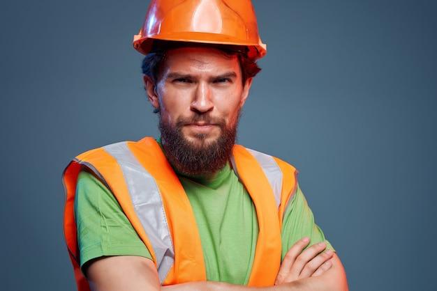 Capacete masculino construtor laranja no fundo isolado da indústria principal