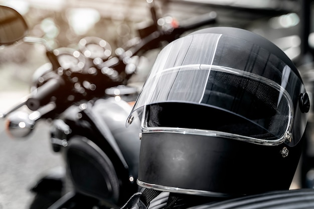Capacete no assento de moto