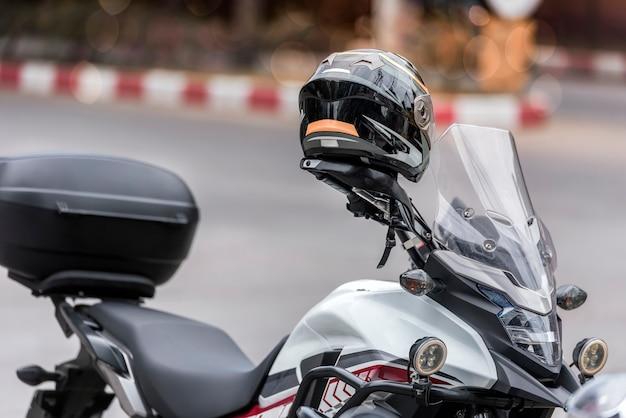 Capacete no guidão da motocicleta