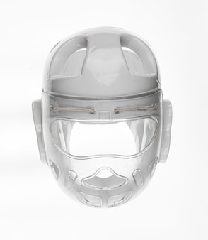 Capacete protetor branco para artes marciais isolado no fundo branco