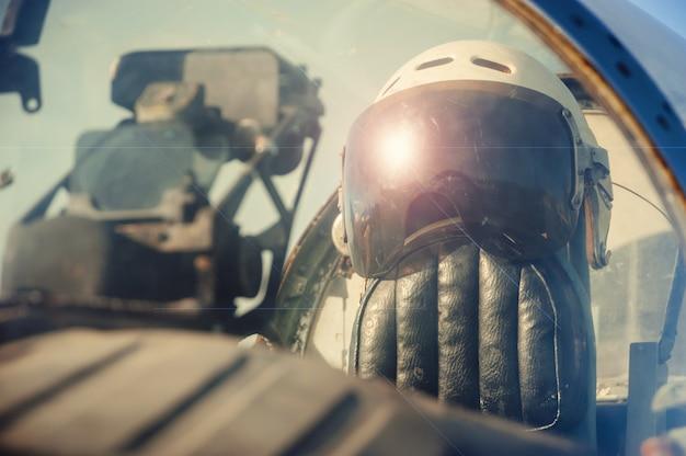 Capacete velho do piloto.