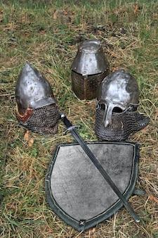 Capacetes de cavaleiro para reconstruções históricas de batalhas medievais. roupas militares. roupas de cavaleiro. armadura de cavaleiro.