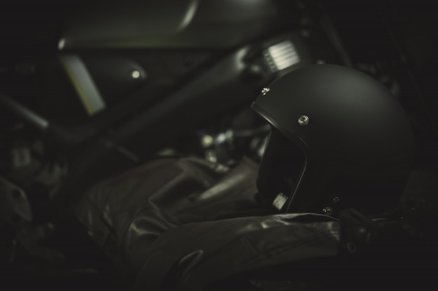 Capacetes de moto estilo vintage e fatos de montaria