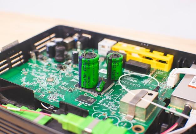Capacitor eletrolítico na placa de circuito eletrônico