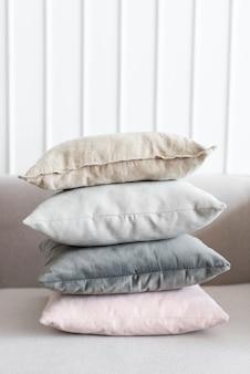 Capas de almofada de linho mínimas em um sofá