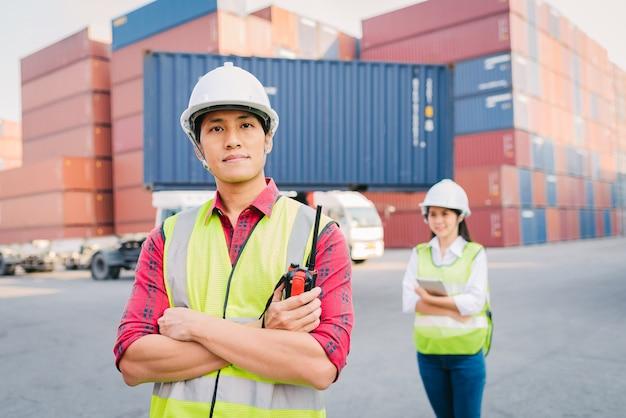 Capataz asiático confiante e pessoal mulher na indústria de logística