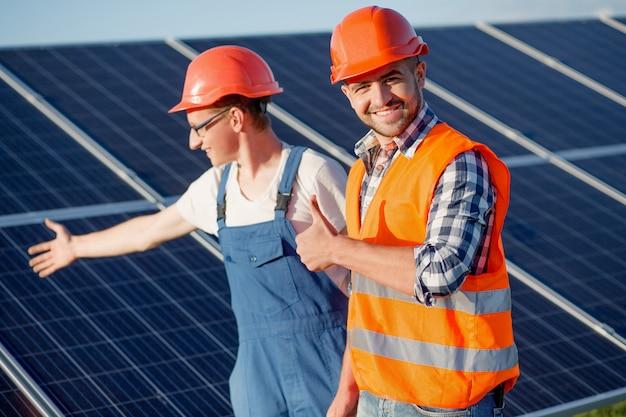 Capataz e empregado na estação de energia solar.